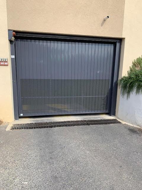 Places de parking double  les Camoins résidence côté village